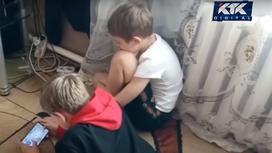 Дети играют в телефон