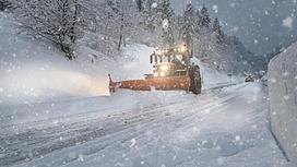 Снегоуборочная машина едет по дороге