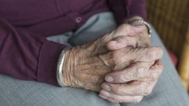 Дедушка сидит, сложив руки