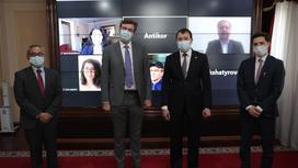 Алик Шпекбаев и Жан-Франсуа Марто стоят на фоне монитора