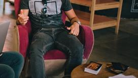 Парень сидит в кафе
