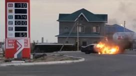 Автомобиль горит на дороге