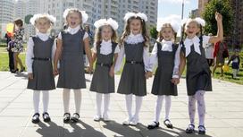 Школьницы пришли в школу на первый звонок