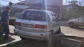 Toyota Ipsum стоит на дороге