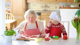 Бабушка и внучка на кухне