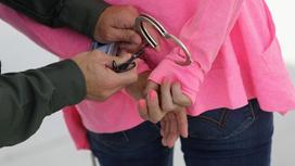 На женщину надевают наручники