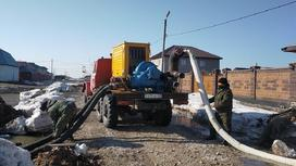 Спасатели откачивают талую воду