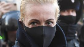 Женщина в черной маске
