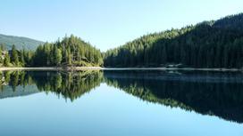 Озеро в обрамлении гор