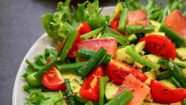 Салат с авокадо, семгой и помидорами
