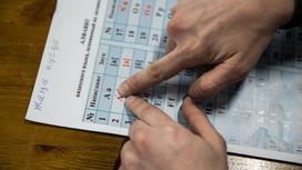Человек изучает казахский алфавит на листе