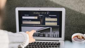 Женщина выбирает жилье онлайн