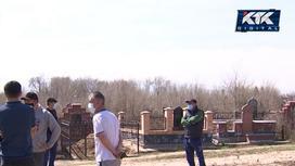 Сельчане собрались возле кладбища