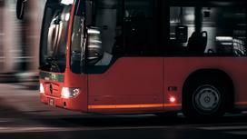 Автобус едет по трассе