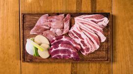 Куски мяса на доске