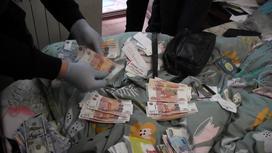 Сотрудники пересчитывают изъятые рубли