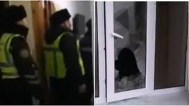 Полицейские и разбитое в квартире окно