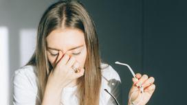 Девушка опустила голову из-за головной боли