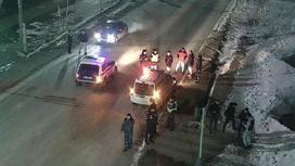 Люди и полиция на дороге в Кокшетау