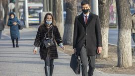 Мужчина и женщина в маске идут по улице