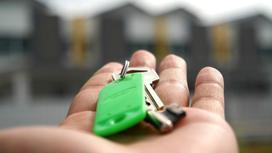 Женщина держит в руках ключи от квартиры