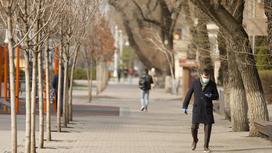 Люди в масках идут по городу