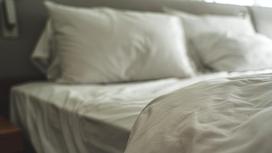 Кровать с подушками и одеялом
