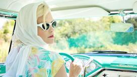 Красивая девушка за рулем автомобиля