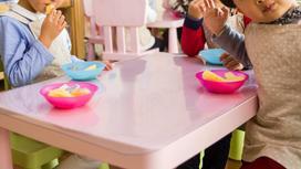 Дети едят в детском саду