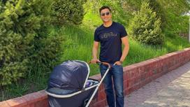 Тауекел Мусилим на прогулке с сыном