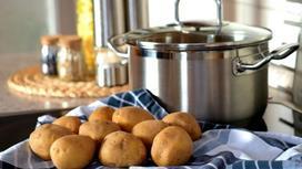 Помытый картофель и кастрюля
