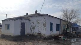 Дом, где нашли тела 4 человек в Атырауской области