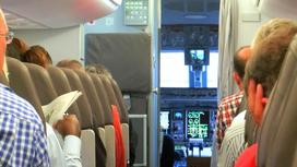 Люди в салоне самолета