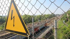 """поезд, знак """"под напряжением"""""""
