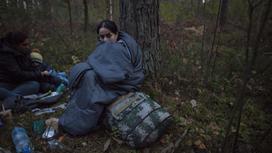 Женщина-иммигрант около границы