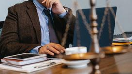 Мужчина в костюме сидит за ноутбуком