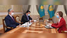 Касым-Жомарт Токаев и Имер Боннер сидят за столом