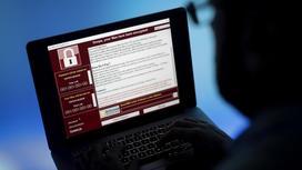 Мужчина в очках смотрит в экран ноутбука