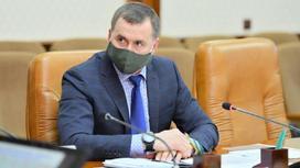 Олег Почивалов сидит за столом