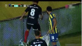 Футболист уничтожает дрон болельщика