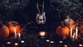 Тыквы, свечи и череп