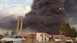 Столб дыма над химзаводом в городе Кум, Иран