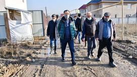 Бакытжан Сагинтаев идет по дороге