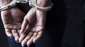 Руки женщины, закованные в наручники за спиной