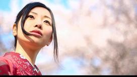 Японская девушка смотрит вдаль
