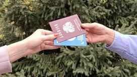 Люди держат казахстанский и российский паспорта