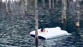 Девушка посреди озера