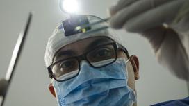 Стоматолог за работой