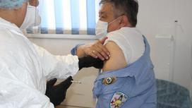 Врач делает прививку мужчине