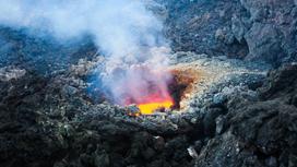 Лава и газы вырываются из-под застывшей породы